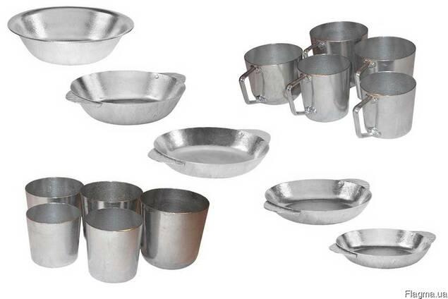 Алюминиевые кружки, тарелки и стаканы.