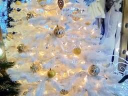 Белая елка с декором готовая украшенная