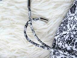 Біле плаття з візерунком