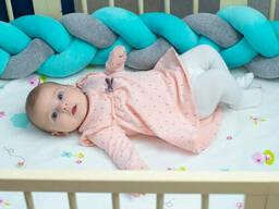 Бортик в детскую кроватку Хатка в виде косички Мятно-серый, 240 см (на три стороны)