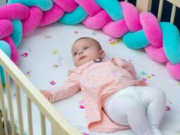 Бортик в детскую кроватку Хатка в виде косички Розово-мятный, 120 см (одна сторона. ..