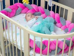 Бортик в детскую кроватку Хатка в виде косички Розово-серый, 360 см (по всему периметру. ..