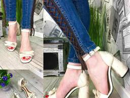 Босоножки женские кожаные молочные с бантом на каблуке