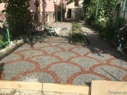 Тротуарна плитка червоного кольору