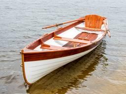 Дерев'яний човен.