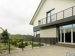 Дом новый с дорогим ремонтом.