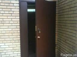 Дверь в подъезд и тамбур в Николаеве.