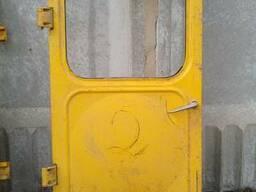Двери К-701 б/у левые, навесы впереди (пол навеса) ручка с