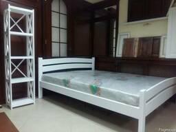 Двухспальная деревянная кровать в белом цвете