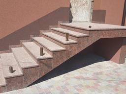 Гранітні сходи червоного кольору