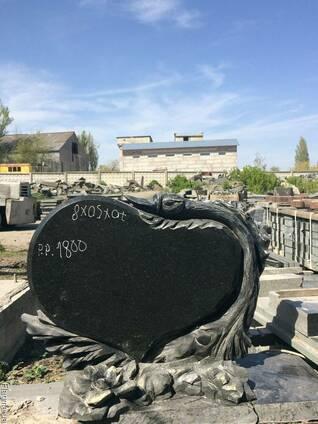 Гранитный памятник ручной работы.