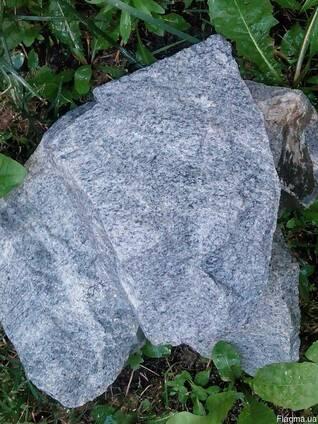 Камінь кварцит-рожевий, граніт - сірий,бурий,червоний.