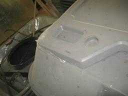 Капот двигуна пластиковий з звукоізоляцією.