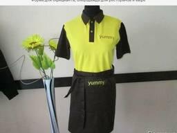 "Костюм официанта: фартук, футболка поло с логотипом ""Yummi"""