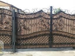 Кованые ворота с калиткой с композитом