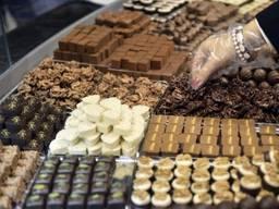 Куплю шоколад , печенье, конфеты с вышедшим сроком годности