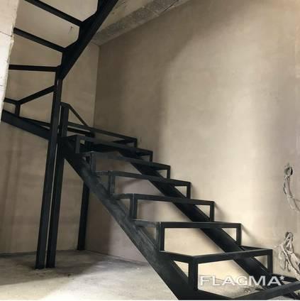 Лестница металлическая , прямая, поворотная , на косоурах, под зашивку