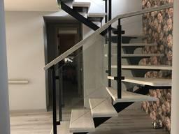 Лестница на косоуре из металла дерева стекла