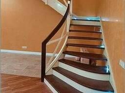 Лестница на металлических тетивах с деревянными ступенями