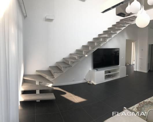 Лестница в дом из металла и дерева