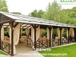 Летняя площадка из дерева для ресторана кафе. Строительство