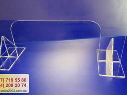 Мобильная перегородка из прозрачного пластика.