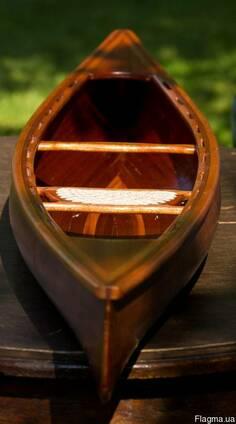 Модель деревянной лодки ( каноэ).