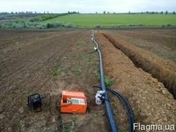 Монтаж трубопроводов для систем орошения полей и садов, вино