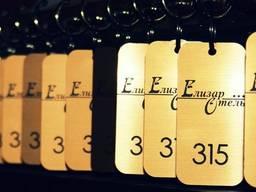Номерки, бирки, жетоны на ключи с номером и лого для фитнесцентра