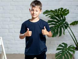 Однотонная футболка мальчику темно-синего цвета из хлопкового трикотажа 9-12 лет
