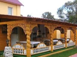 Открытая веранда из дерева пристроенная к дому.