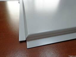 Плиты металлические для подвесного потолка.