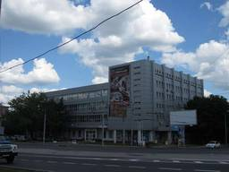 Продам отдельностоящий комплекс с большим земельным участком в центре Донецка.