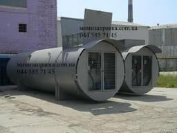 Резервуар с топливо-раздаточной колонкой.