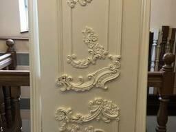Резной декор из дерева на двери - накладки розетки капители