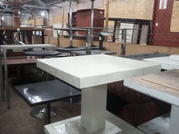 Стол б/у деревянный низкий белый в хорошем состоянии