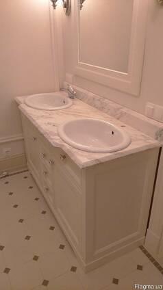 Столешница из мрамора в ванную комнату.