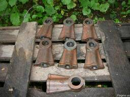 Стойки валиков коромысел двигателя ЯАЗ-204.