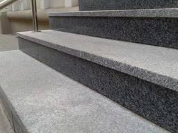 Ступени из гранита для лестниц серого цвета