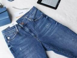Світлі джинси з потертостями