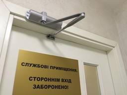 Установка дверного доводчика на дверь в Киеве