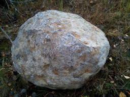 Валун из натурального камня ледниковый