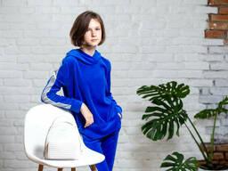 Велюровый спортивный костюм для девочки с толстовкой и брюками на манжете яркого синего. ..