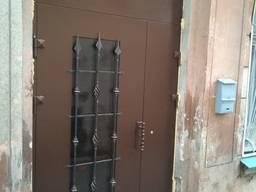 Входные бронированные двери в парадную. Перегородки в тамбур