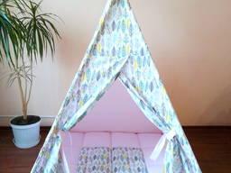 Вигвам – палатка детская розовая / разноцветные перья с ковриком