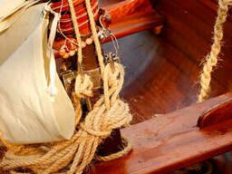 Винтажная деревянная лодка с парусным вооружением