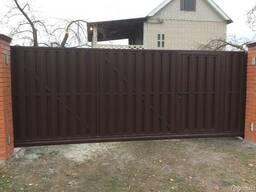 Ворота (откатные, распашные) с зашивкой евроштакетником.