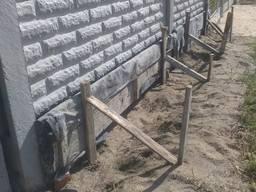 Заливка опалубки - ленточный фундамент под еврозабор