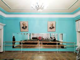Дзеркало і балетний станок встановлення в комплексі