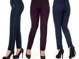 Женские брюки зауженые с высокой посадкой изумруднрого цвета